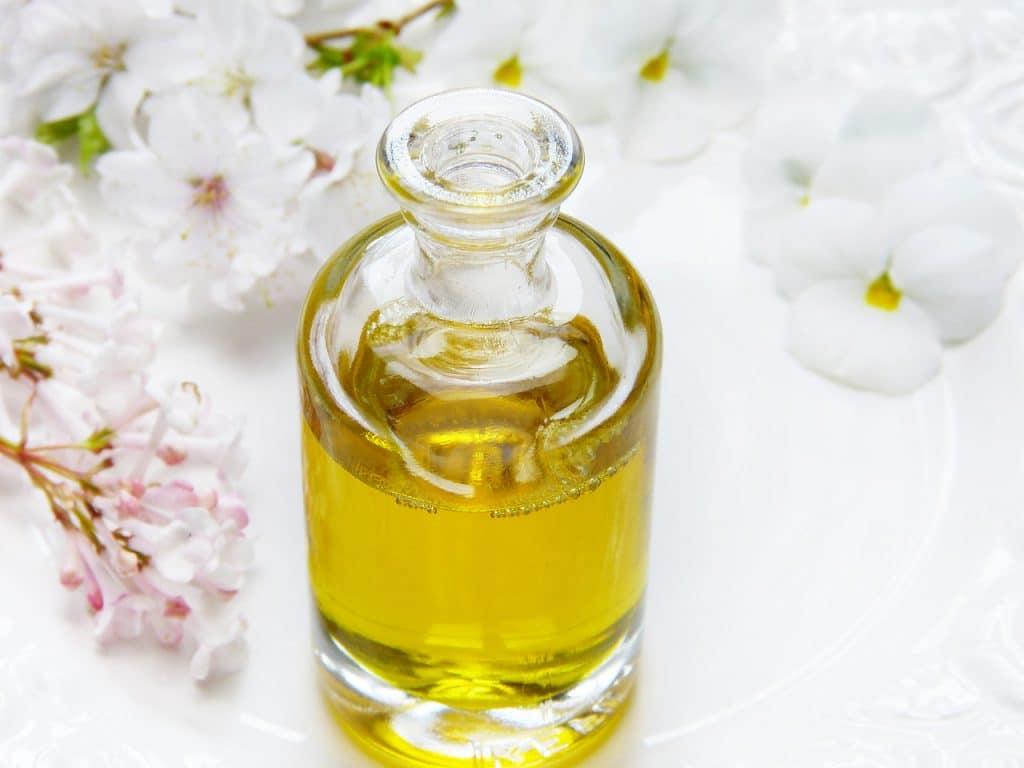 Massage à l'huile d'olive pour les seins qui tombent