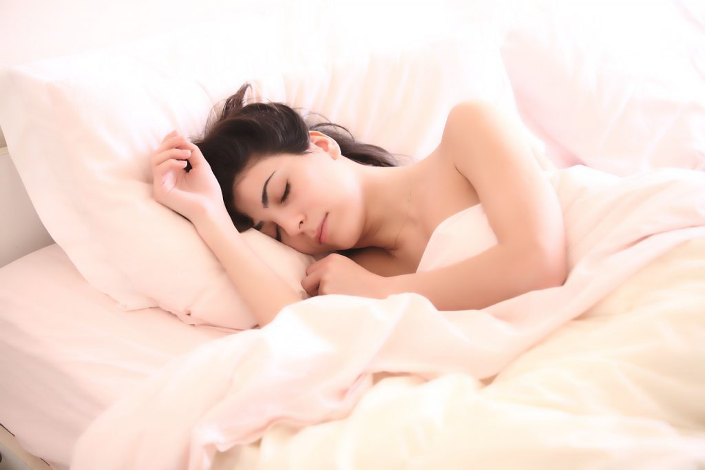 dormir bonne position eliminer les rides sur la poitrine