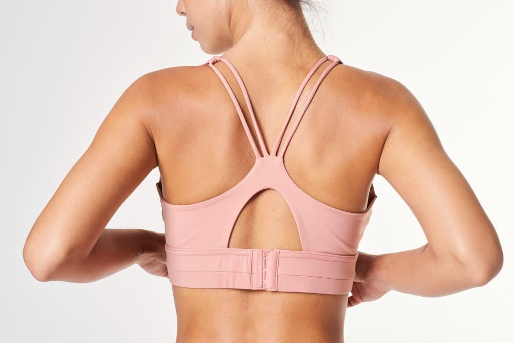 Aplatir les seins avec un soutien gorge