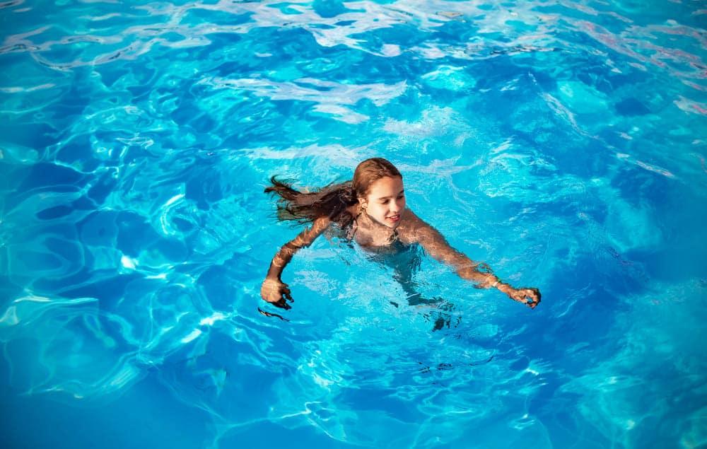 adolescente dans une piscine